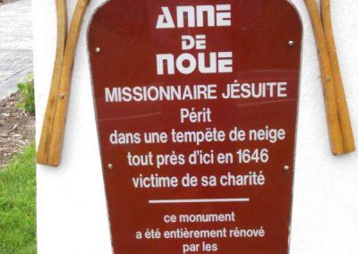 Détail du monument à la mémoire du Père Anne de Noue