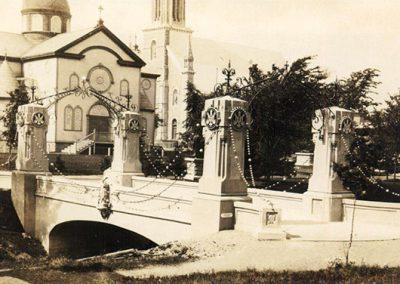 Magnifique photo du pont des chapelets avec vue en arrière plan du petit Sanctuaire.