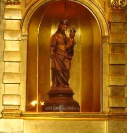 Soeur Hélène Marquis devant la statuette de Notre-Dame-de-la-Protection