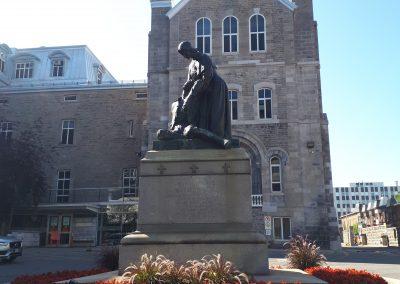 Monument à Jeanne Mance, Hôtel-Dieu de Montréal