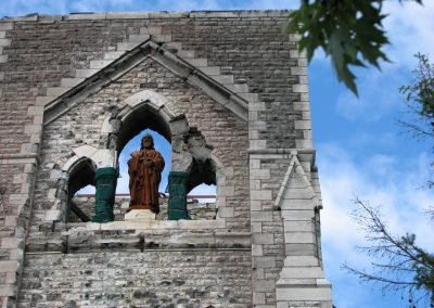 Statue de Saint Paul juchée sur le clocher