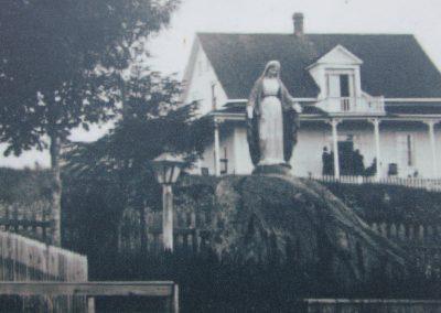 Vieille photo de la statue de Notre-Dame-des-Bois