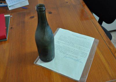 La bouteille et la lettre retrouvés au pied de la statue de Sainte-Anne-des-Monts en 2017