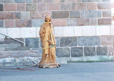 Statue de Sainte-Anne-des-Monts lorsqu'elle fut descendue du toit en 2017